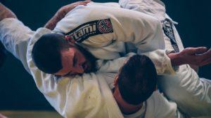 Hommes pratiquant le judo