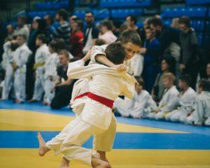 Enfants combattant sur un tatami